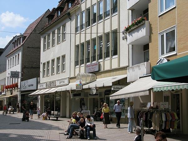 Die großzügig angelegten Fußgängerzonen in Bielefelds Innenstadt laden zum Einkaufsbummel ein.