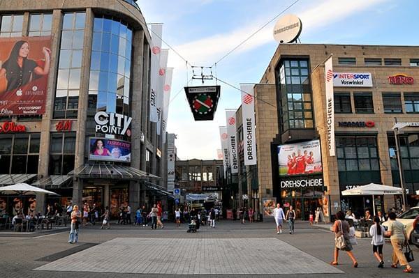 Die beiden Einkaufszentren Drehscheibe und City Point beherbergen über 60 Geschäfte, in denen sicher regelmäßig Aushilfskräfte gesucht werden.