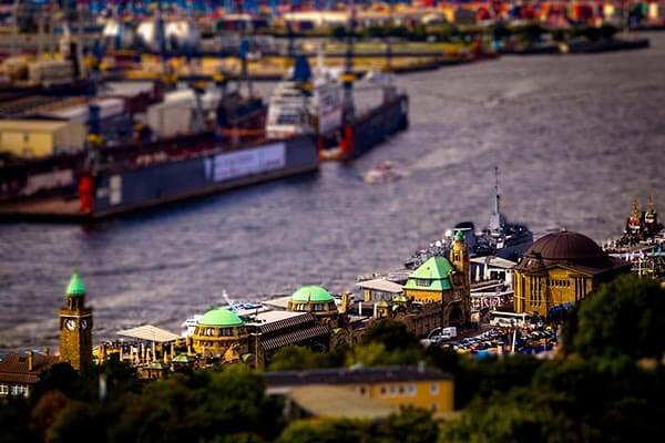Der Hamburger Hafen ist der größte Seehafen in Deutschland. Rund 150.000 Arbeitsplätze sind direkt und indirekt vom Hafen Hamburg abhängig.