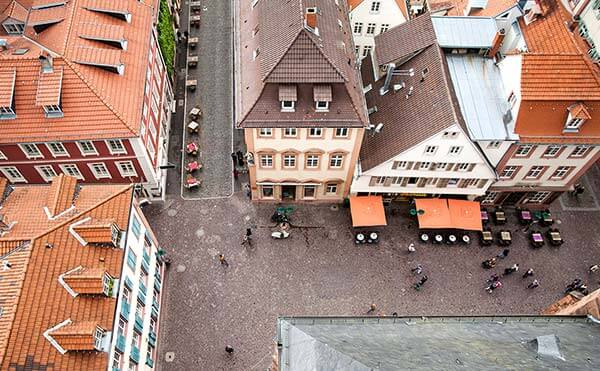 Der Fischmarkt hinter der Heiliggeistkirche in Heidelberg. Früher wurde hier Fisch verkauft, heute sind Gastronomien und Geschäfte ansässig.