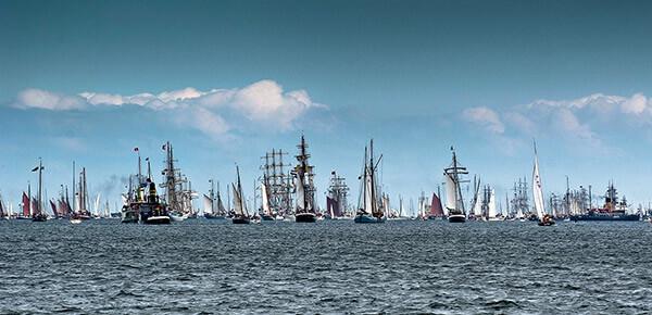 Segler, Dampfschiffe und Motorboote bei der traditionellen Windjammer-Parade auf der Kieler Förde.