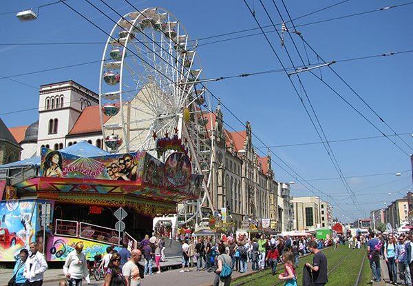 Das Stadtfest in Magdeburg lädt mit zahlreichen Ständen, Karussells und Bühnen jedes Jahr zu Pfingsten zu einem bunten Programm ein.
