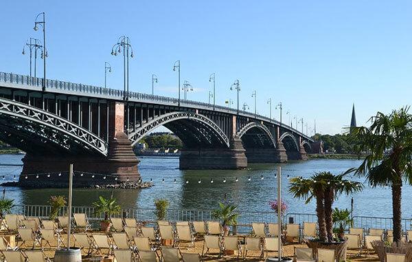 Bei schönem Wetter kann man den Tag entspannt am Mainzstrand neben der Theodor-Heuss-Brücke ausklingen lassen.