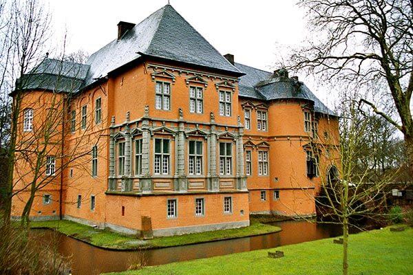 Schloss Rheydt beherbergt eine umfangreiche Sammlung von Kunst- und Kulturgegenständen aus der Renaissance- bzw. Barockzeit. Jedes Jahr im Sommer finden hier Open-Air-Konzerte und ein mittelalterliches Ritterfest statt.