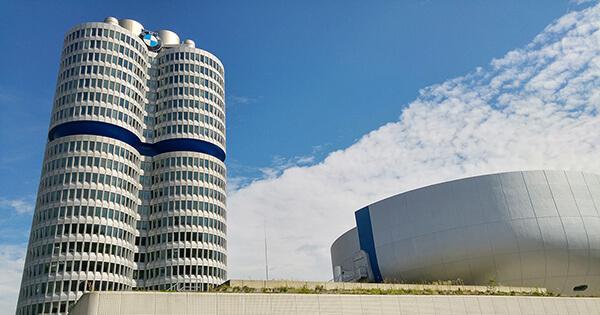 Der BMW-Vierzylinder und das BWM-Museum in München. Der Fahrzeughersteller ist bundesweit einer der beliebtesten Arbeitgeber.