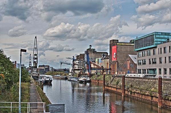 Der Neusser Hafen ist als Produktionsstandort verschiedener Firmen ein wichtiger Wirtschaftsfaktor für die Stadt Neuss.