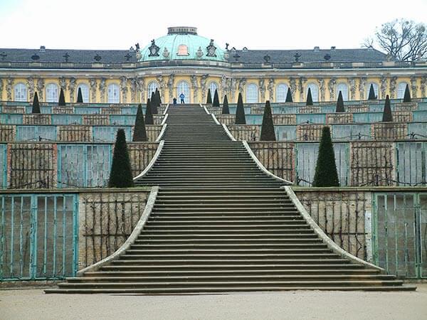 Wer das Schloss Sanssouci aus der Nähe betrachten möchte, hat zunächst einen Aufstieg mit 132 Stufen vor sich.