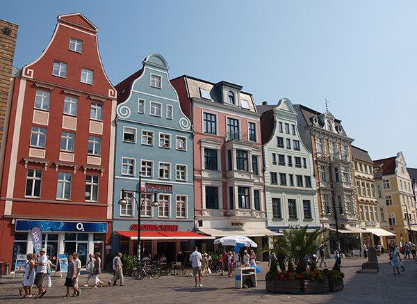 Die Kröpeliner Straße mit ihren restaurierten Giebelhäusern aus verschiedenen Stilepochen ist eine beliebte Shopping-Meile in Rostock.
