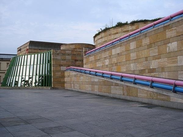 Der Erweiterungsbau der Staatsgalerie Stuttgart wurde vom Architekten James Stirlin gestaltet und 1984 eröffnet.