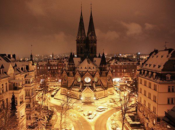 Wiesbaden: Westansicht der Ringkirche mit dem Haupteingang.