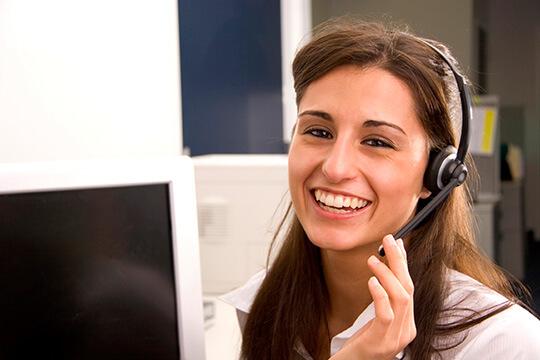 Bild Nebenjob im Callcenter – Mitarbeiterin mit Headset im Callcenter.