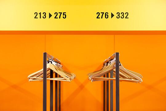 Bild Nebenjob als Garderobenhilfe – Durch nummerierte Haken und Bügel behält man als Garderobenhilfe auch bei vielen Hundert Kleidungsstücken den Überblick.