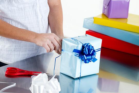Bild Nebenjob als Geschenkeverpacker – Beim Verpacken von Geschenken sind Kreativität und Spaß am Basteln gefragt.