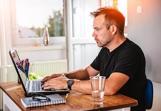 Bild Internet-Recherche als Nebenjob – Minijobber bei der Web-Recherche von zu Hause aus.
