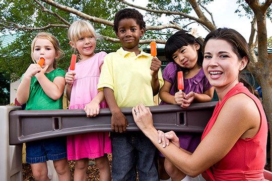 Bild Nebenjob als Kinderbetreuer – Als Kinderbetreuerin sollte man starke Nerven haben, vor allem, wenn man mehrere Kinder zu beaufsichtigen hat.