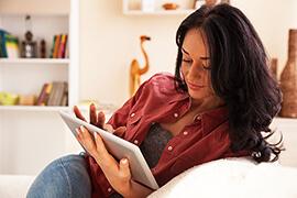 Bild Nebenjob als Umfrage-Teilnehmer in Heimarbeit – Online-Umfragen kann man jederzeit bequem zu Hause vom Sofa aus beantworten.