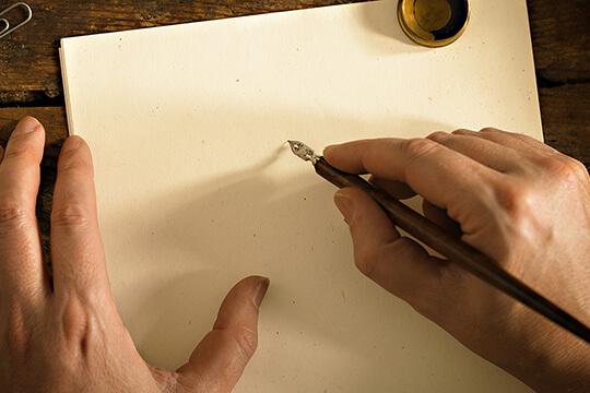 Bild Nebenjob als Schönschreiber – Das Schreiben mit Feder und Tinte bedarf einiger Übung. Damit geschriebene Briefe sehen allerdings besonders wertig aus.