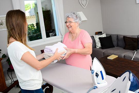 Bild Nebenjob als Seniorenbetreuer – Als Seniorenbetreuerin helfen Sie im Haushalt mit oder gestalten gemeinsam die Freizeit.