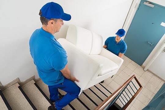 Bild Nebenjob als Umzugshelfer – Manchmal wird's eng: Auch große Möbelstücke müssen unversehrt durch enge Treppenhäuser balanciert werden.
