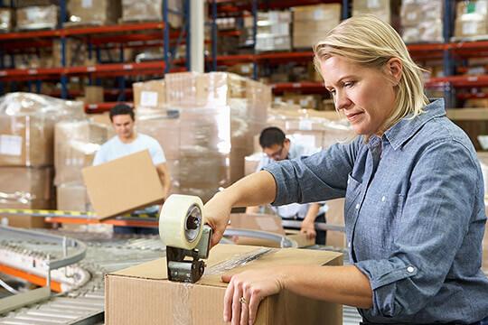 Bild Nebenjob als Versandhelfer – Alle Sendungen müssen gut verpackt werden, damit sie unbeschadet beim Empfänger ankommen.
