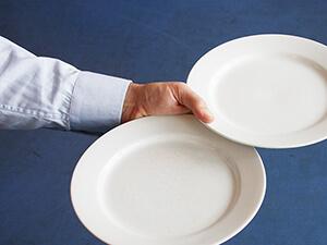 3-Teller-Technik / zwei Teller tragen