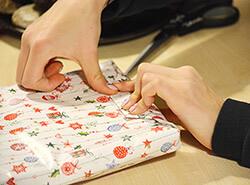 Bild Schüler/innen als Geschenkeverpacker
